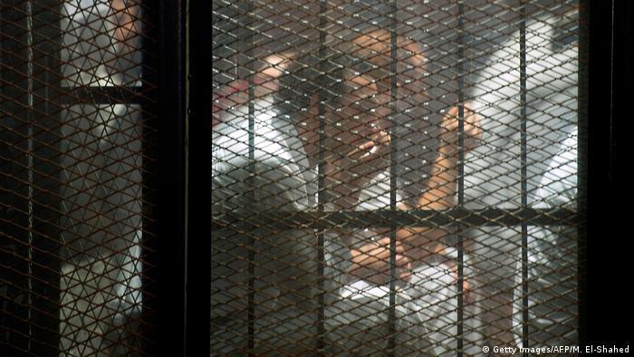 تقول رايتس ووتش إن الحكومة المصرية لا تعلن عادة عن الإعدامات ولا تبلغ أسر المسجونين بها. (صورة لمساجين في مصر ـ أرشيف)