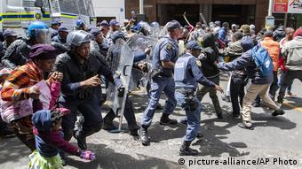 Südafrika Kapstadt | Außeinandersetzungen zwischen Polizisten und Füchtlingen während Protesten vor UN Flüchtlingshilfe