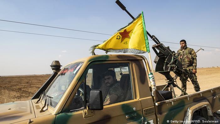 مقاتلون من وحدات حماية الشعب أثناء انسحابهم من منطقة قرب عامودا في شمال سوريا بتيارخ 27 أكتوبر/ تشين الأول 2019