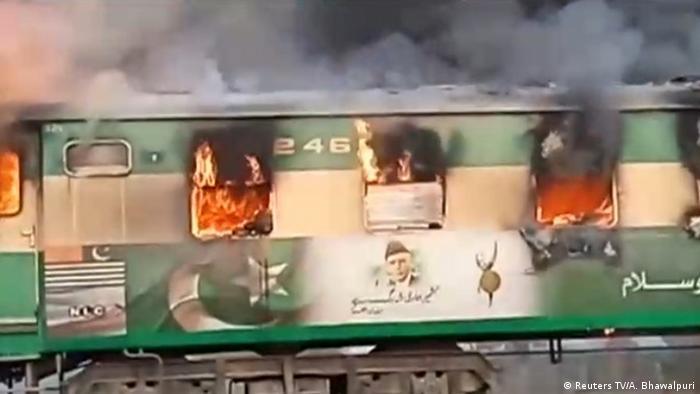 Pakistan Zugunglück - Feuer in einem Passagierzug