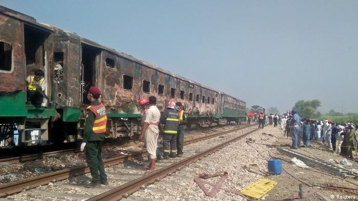 Imagen de tren incendiado en Paquistán