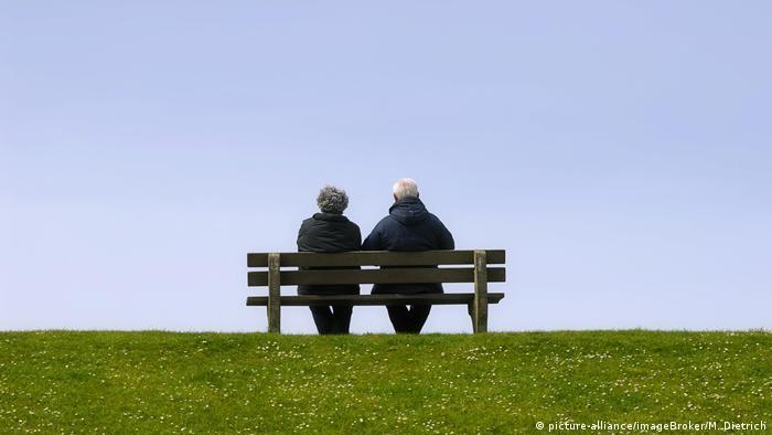 Senioren-Paar auf einer Bank auf einem Deich