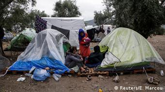 Σκηνές στον ελαιώνα έξω από το προσφυγικό κέντρο της Μόριας