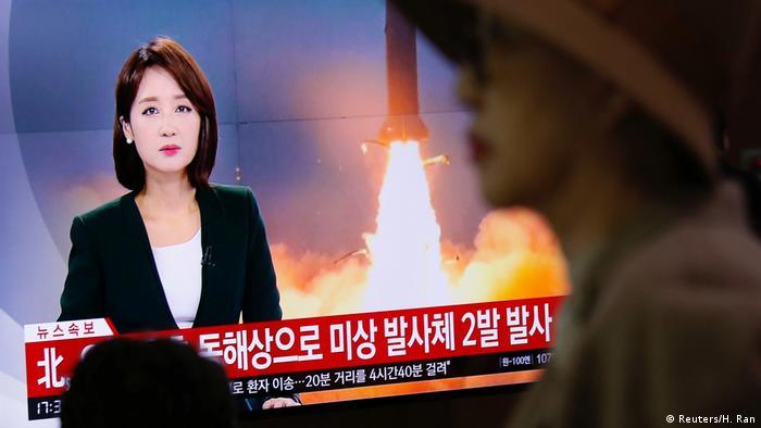 Warga Korsel menonton laporan tentang peluncuran dua rudal balistik oleh Korut