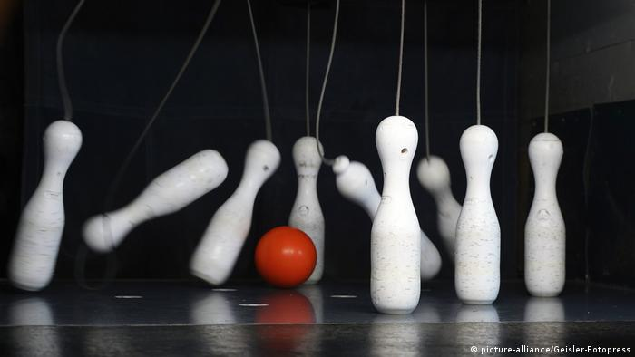 nine pins, one ball (picture-alliance/Geisler-Fotopress)