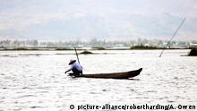 Fisherman on Loktak Lake, the largest freshwater lake in NE India, Moirang, Manipur, India, Asia | Verwendung weltweit, Keine Weitergabe an Wiederverkäufer.