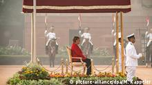 01.11.2019, Indien, Neu Delhi: Bundeskanzlerin Angela Merkel (M, CDU), wird mit militärischen Ehren begrüßt. Merkel ist zu einem zweitägigen Besuch in der Hauptstadt Neu Delhi. Foto: Michael Kappeler/dpa | Verwendung weltweit