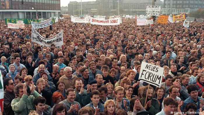 Manifestantes na Alexanderplatz, em Berlim Oriental, em 4 de novembro de 1989