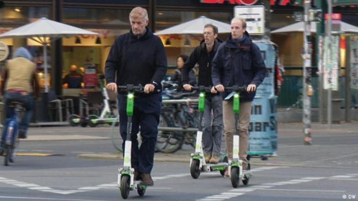 Люди на электросамокатах в Берлине