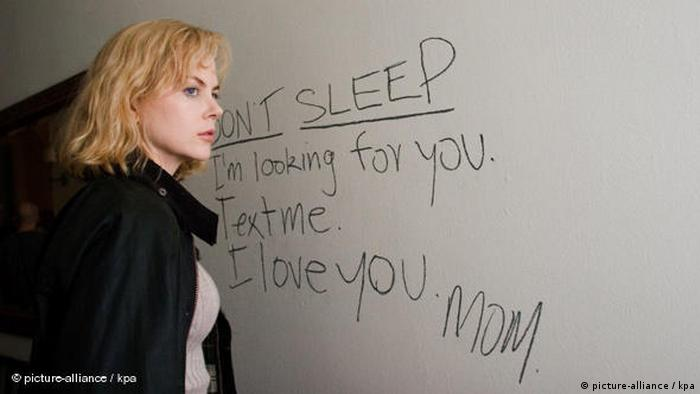 Filmszene aus INVASION mit Nicole Kidman, die vor einer Wand mit geheimnisvoller Schrift steht (picture-alliance / kpa)