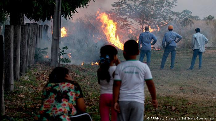 Moradores observam o avanço das chamas em Mato Grosso do Sul