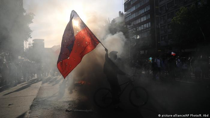 Chile Santiago Proteste gegen Regierung (picture-alliance/AP Photo/R. Abd)