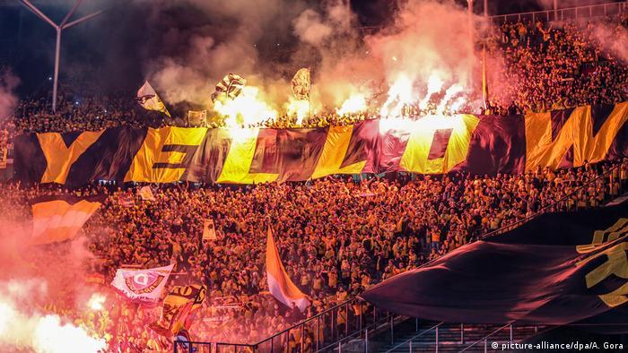 Fußball Berlin Fans von Dynamo Dresden zünden bengalisches Feuer