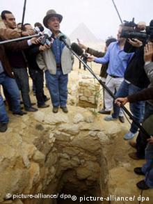 Neue Entdeckungen bei den Pyramiden in Giseh Ägypten. Sahi Hawass, Chef der Altertumsverwaltung