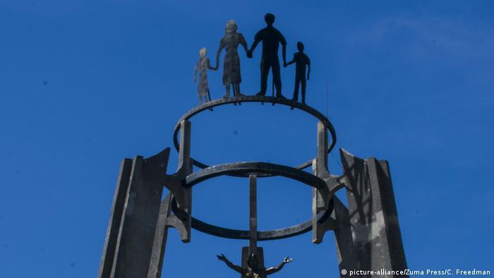 Foto de monumento de El Mozote en El Salvador