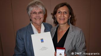 Η Ζίγκριντ Σκαρπέλη-Σπερκ παραδίδει το βραβείο για τον Κάρολο Παπούλια στην κόρη του Άννα