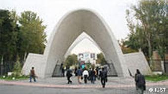 Weißer Beton-Bogen, durch den Menschen auf das Campus-Gelände gehen