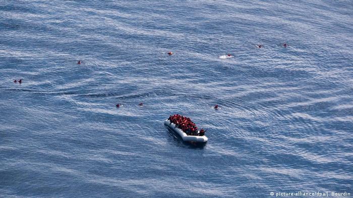 Symbolbild Rettung von Migranten vor der Küste Libyens (picture-alliance/dpa/J. Bourdin)