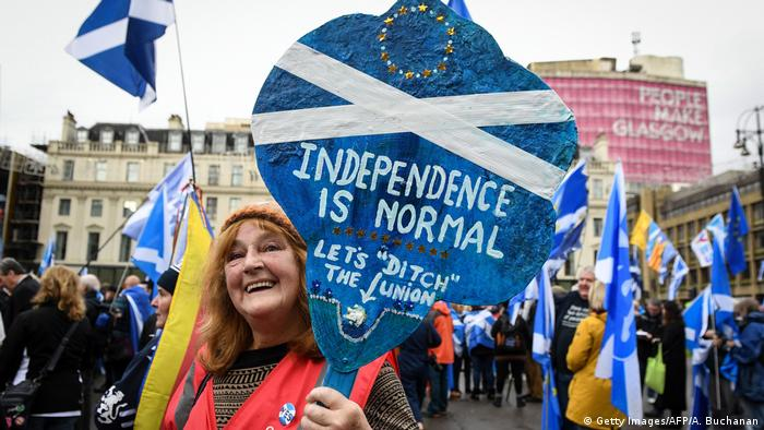 A pro-independence supporter displays a placard at a rally for Scottish independence