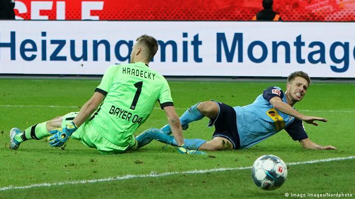 El Bayer Leverkusen, próximo rival del Atlético de Madrid en la Liga de Campeones, cayó en su casa ante el líder de la Bundesliga, el Borussia Mönchengladbach, por 1-2.