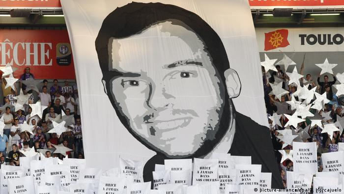 Banner with a portrait of Brice Taton (picture-alliance/dpa/G. Horcajuelo)