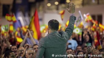 Το ακροδεξιό κόμμα VOX φαίνεται να επικροτεί τους απόστρατους