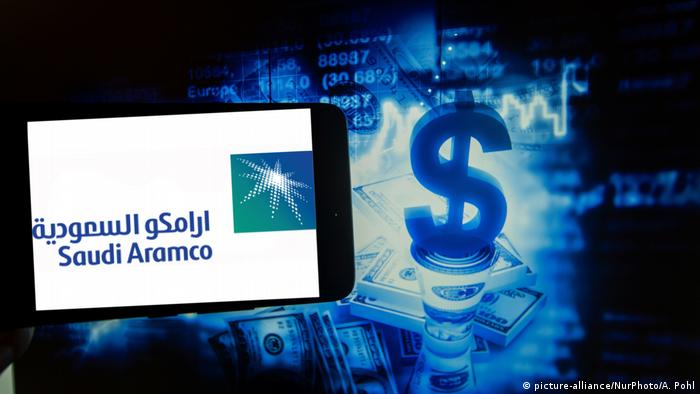 Aramco logo and a dollar sign (picture-alliance/NurPhoto/A. Pohl)