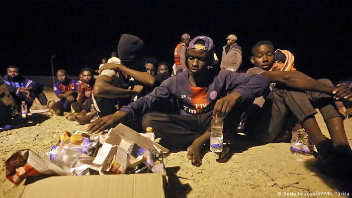 Libyen Khoms | Geettete Flüchtlinge (Getty Images(AFP/M. Turkia)