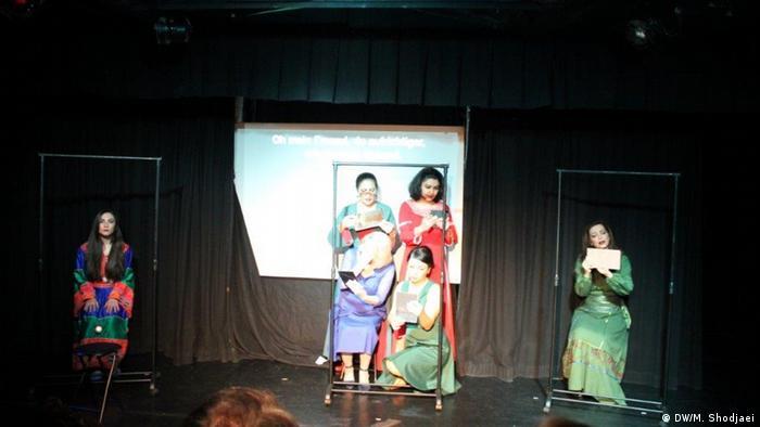 نیلوفر بیضایی با کمترین وسایل روی صحنه این نمایش را اجرا کرد: سه قاب و اینجا آینه در دست بازیگران