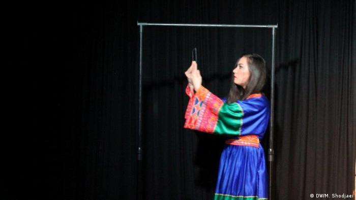 بازی فرشته ساداتی، بازیگر افغان نمایش بیش از همه مورد تشویق تماشاچیان قرار گرفت.