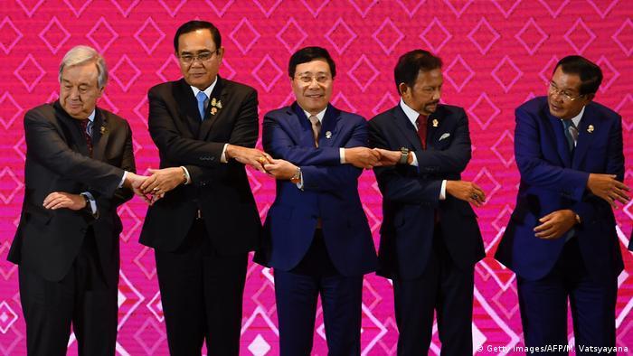 نخستوزیر تایلند، پرایوت چان-اوچا (نفر دوم از چپ)، در کنار شماری از میهمانان نشست بانکوک، سوم نوامبر ۲۰۱۹