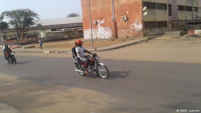 Mototaxistas transportam passageiros em Luanda