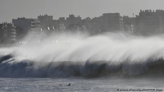 Strong waves lash France's Les Sables d'Olonne