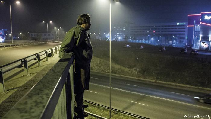 Szene aus dem Film Taxi Sofia: Ein Mann steht außen am Geländer einer Brücke (Imago/Prod.DB)