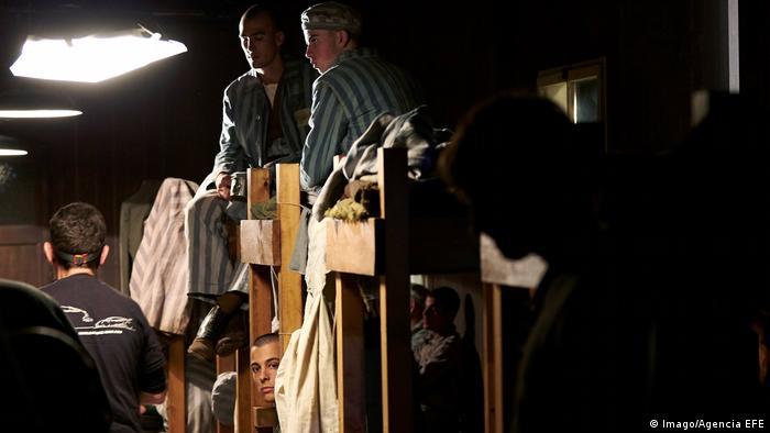 Filmstill El fotógrafo de Mauthausen, Häftlinge sitzen in Stockbetten (Imago/Agencia EFE)