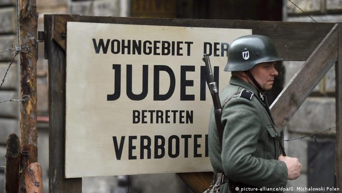 filming in Lodz: actor dressed as soldier stands in front of sign that reads: Jewish residential area, do not enter. (picture-alliance/dpa/G. Michalowski Polen)