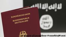 Symbolfoto Reisepass vor IS-Flagge
