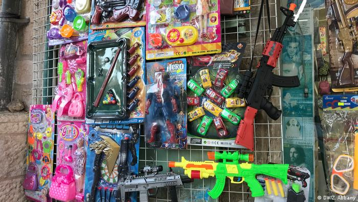 Toy machine guns on sale at a market in Bethlehem, West Bank, near the church of the Nativity (DW/Z. Abbany)