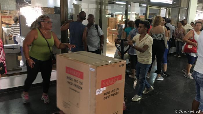 Люди перед входом в валютный магазин в Гаване