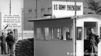 Le point de passage Checkpoint Charlie dans la Friedrichstraße de Berlin marquait la fin du secteur américain dans la partie ouest de la ville