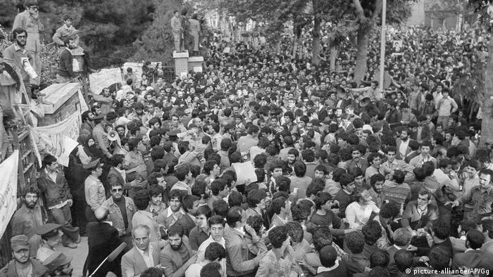 Studenten stürmen US-Botschaft in Teheran 1979 (picture-alliance/AP/Gg)