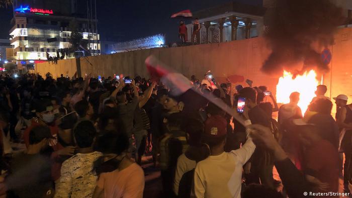 Los manifestantes intentaron irrumpir anoche en el consulado de Irán en Kerbala, en el sur de Irak.