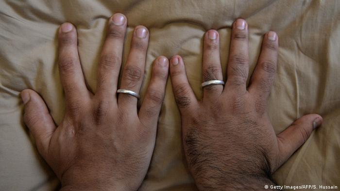 Die Hände eines Männer-Ehepaars