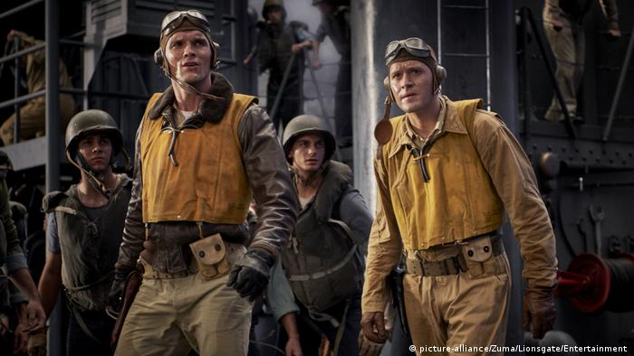 Film still Midway showing soldiers with helmets, some with goggles (picture-alliance/Zuma/Lionsgate/Entertainment )