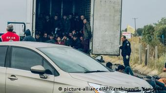 Police free 41 migrants from inside a refrigerated truck on November 4 (picture-alliance/AP/xanthinew/S. Karypidis)
