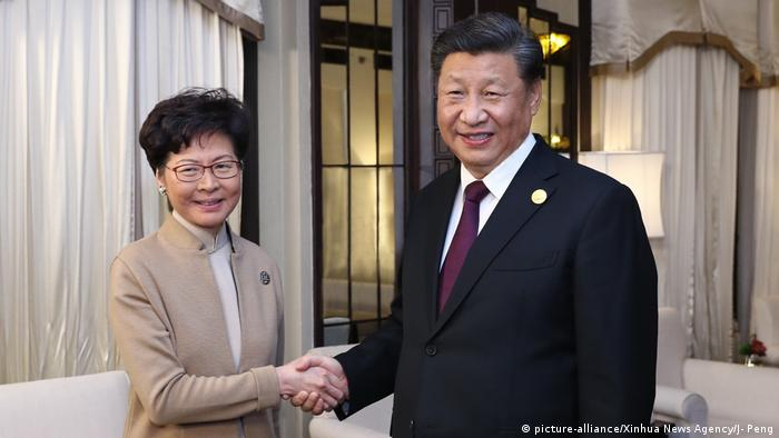 China Shanghai | Carrie Lam, Hongkong & Yi Jinping, Präsident China (picture-alliance/Xinhua News Agency/J- Peng)