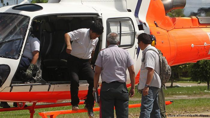 Bolivien Präsident Evo Morales im Helikopter (picture-alliance/dpa/M. Alipaz)