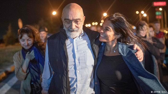 Ahmet Altan in gestreiften Hemd und West hält seine Tochter im Arm (Foto: AFP/B. Kilic).