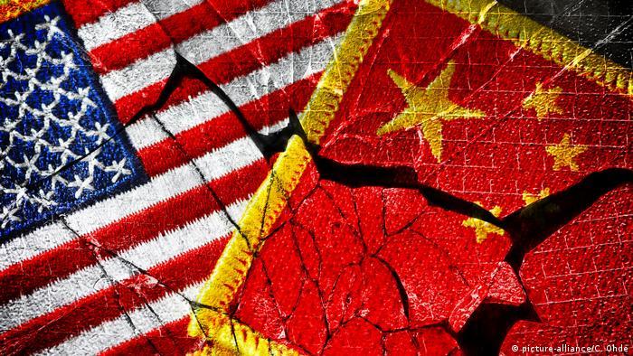 Fahnen von USA und China auf gebrochenem Glas, Handelskrieg