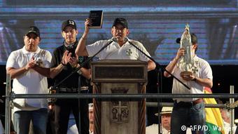 Foto de Luis Fernando Camacho hablando desde el podio.